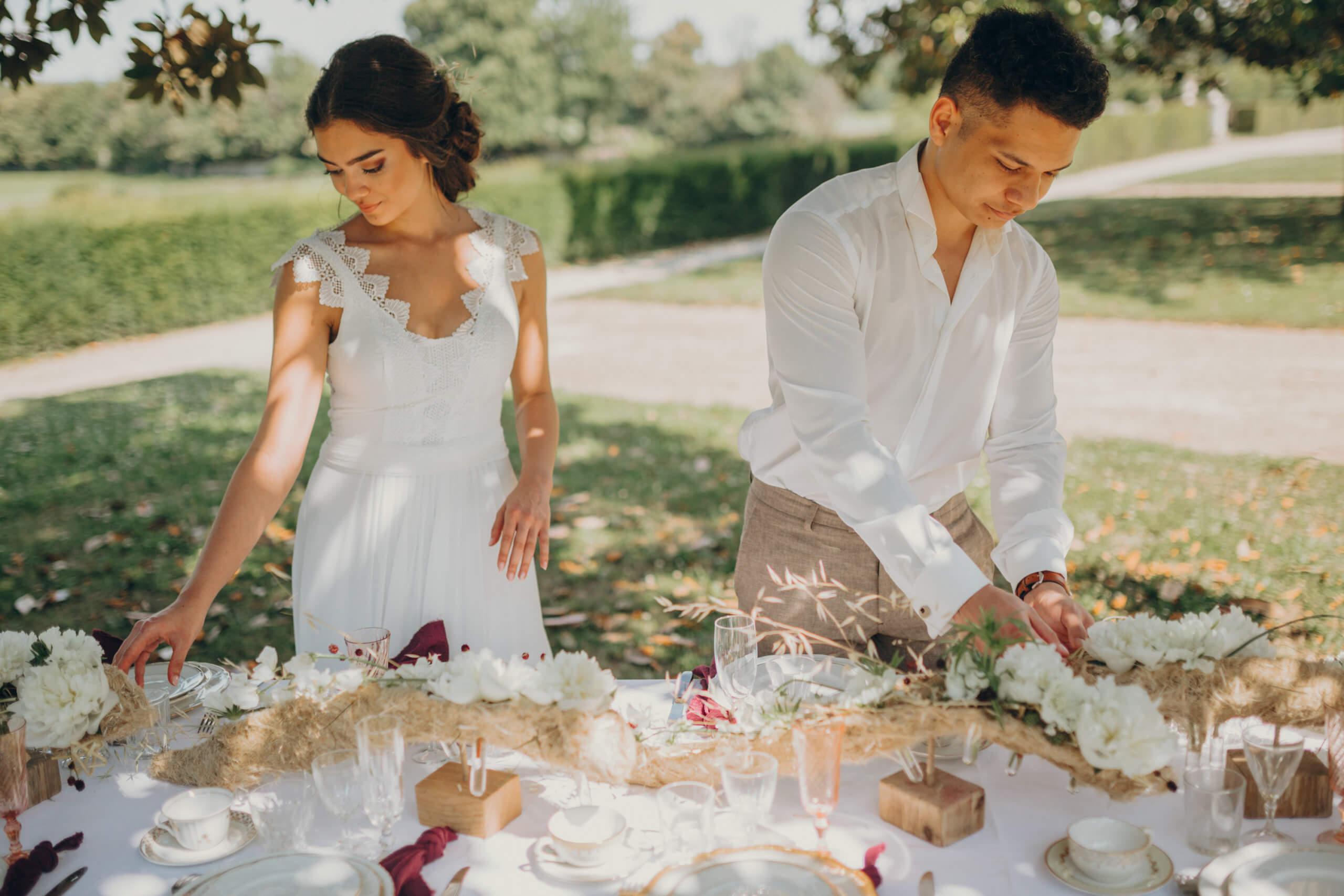 Photo de Mariage, mariés devant table décoration florale, mariage au Château de la Perrière